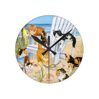 Reloj de pared de los gatitos de la playa