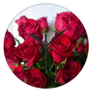 Reloj de pared de los rosas rojos de la tarjeta