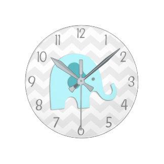 Reloj de pared gris del cuarto de niños del