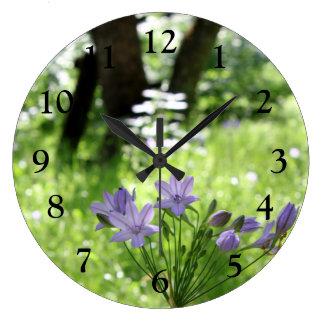 Reloj de pared púrpura del Wildflower