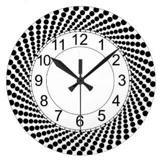 Reloj de pared redondo con los puntos negros