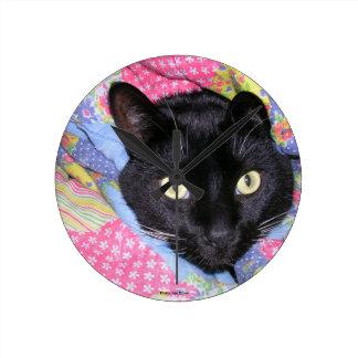 Reloj de pared redondo: Gato divertido envuelto en