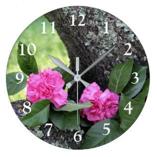 Reloj de pared rosado de los claveles