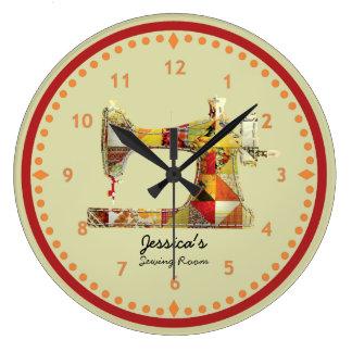 Reloj de pared soleado del sitio de costura del