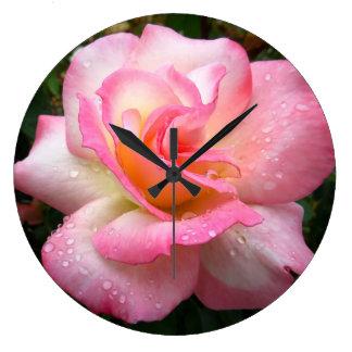 Reloj de pared - subió con los pétalos rosados
