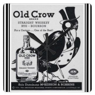 Reloj de pared viejo del whisky del cuervo