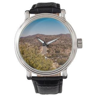 Reloj De Pulsera Camino solo del desierto de la yuca
