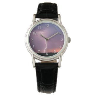 Reloj De Pulsera Cielo púrpura del relámpago en la salida del sol