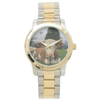 Reloj De Pulsera Ciérrese para arriba de una vaca marrón y blanca