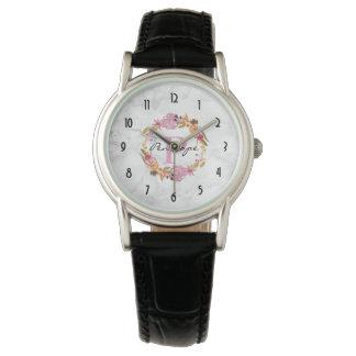 Reloj De Pulsera Monograma floral rosado bonito de la guirnalda