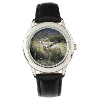 Reloj De Pulsera un pequeño cordero blanco detrás de una cerca en