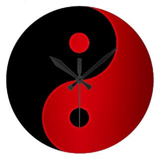 Reloj de Yin Yang en rojo y negro