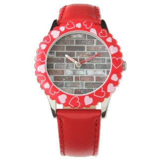 Reloj diverso modelo de la pared de ladrillo del color