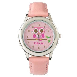 Reloj El búho rosado lindo en chicas de la rama