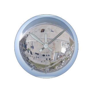 Reloj minúsculo del planeta del NC de la playa