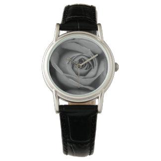 Reloj monocromático de cuero negro clásico del