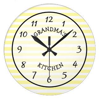 Reloj rayado amarillo y blanco de la cocina de la