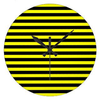 Reloj rayado negro y amarillo