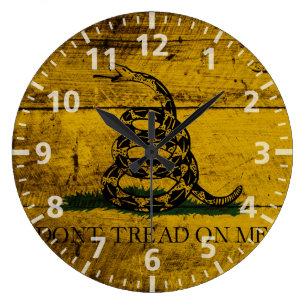 Reloj Redondo Grande Bandera de Gadsden en grano de madera viejo