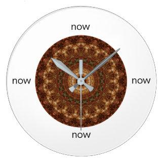 """Reloj Redondo Grande Brown y mandala verde del navidad """"ahora """""""