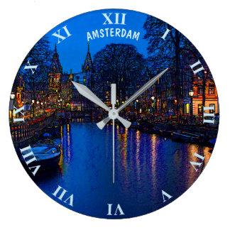 Reloj Redondo Grande Canal romántico de Amsterdam en la noche con los