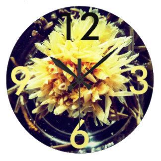 Reloj redondo grande de la flor amarilla
