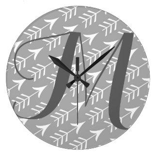 Reloj Redondo Grande Flechas grises y blancas con el monograma