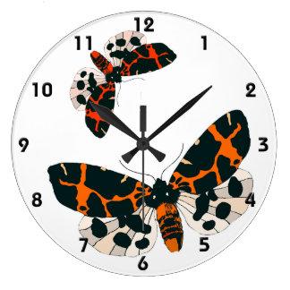 Reloj Redondo Grande Formación de las polillas del leopardo en vuelo