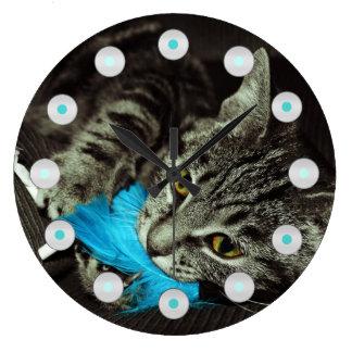 Reloj Redondo Grande Gato de Tabby con la pluma de Shirley Taylor
