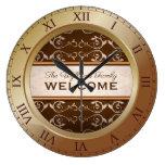 Reloj Redondo Grande Monograma de bronce de Brown del Flourish clásico