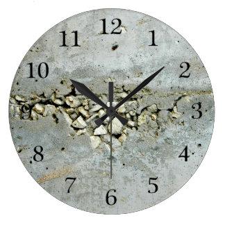Reloj Redondo Grande Muro de cemento agrietado con las pequeñas piedras