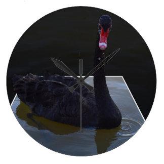 Reloj Redondo Grande Natación del cisne negro en una charca