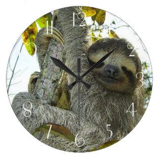 Reloj Redondo Grande Pereza encima de un árbol