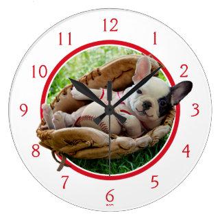 Reloj Redondo Grande Perrito lindo en un mitón de béisbol