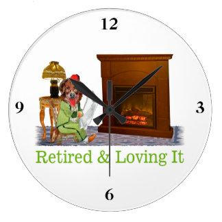 Reloj Redondo Grande Perro jubilado que gandulea por el fuego