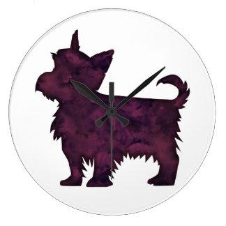Reloj Redondo Grande Silueta púrpura de la acuarela de Yorkie