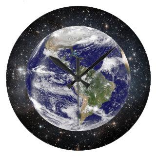Reloj Redondo Grande Tierra y estrellas hermosas del planeta en espacio