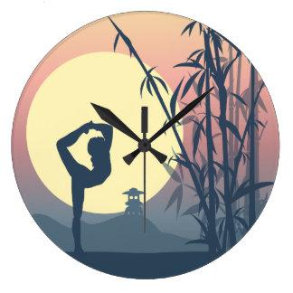 Reloj Redondo Grande Yoga en la niebla