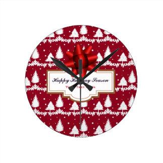 Reloj Redondo Mediano Acebo y nieve de los árboles de pino rojo