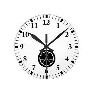 Reloj Redondo Mediano Alazán de madera con las espadas en el círculo 1