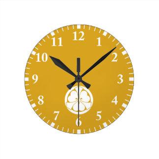 Reloj Redondo Mediano Alazán de madera con las jut-hacia fuera-espadas