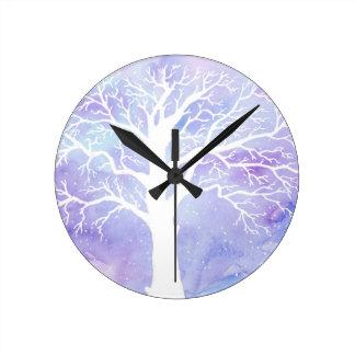 Reloj Redondo Mediano Árbol del invierno de la acuarela en nieve