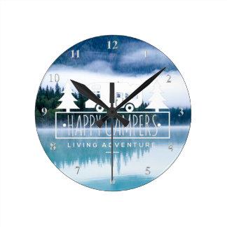 Reloj Redondo Mediano Árboles de pino de la casa del lago happy Campers