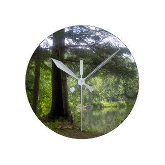 Reloj Redondo Mediano árboles y lago hermosos, agua