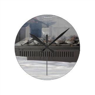 Reloj Redondo Mediano Asando a la parrilla pescados al aire libre