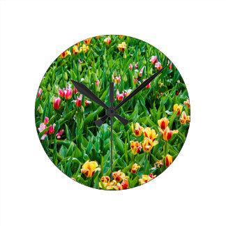 Reloj Redondo Mediano Campo con los tulipanes rosados y amarillos