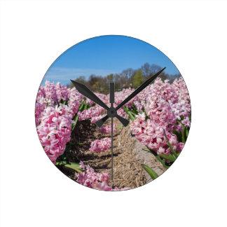 Reloj Redondo Mediano Campo de flores con los jacintos rosados en