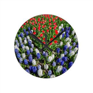 Reloj Redondo Mediano Campo de flores con los tulipanes azules y los