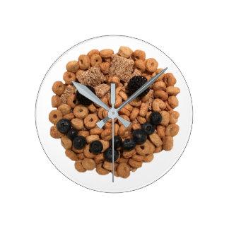 Reloj Redondo Mediano Cara sonriente linda de la fruta y del cereal