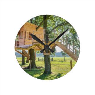 Reloj Redondo Mediano Casa en el árbol de madera en roble con la hierba